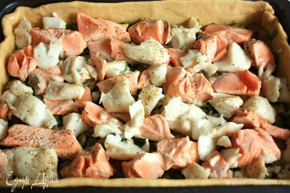 Затем положить половину лука, кусочки рыбы, снова слой лука. Лавровый лист по желанию. Рыбу предварительно поломать на более мелкие кусочки.