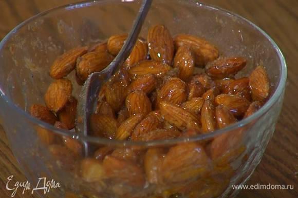 Добавить к миндалю пасту харисса, молотую зиру и щепотку соли, влить 1 ст. ложку оливкового масла и все перемешать.