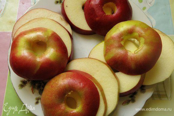 Нарезаем яблоки шайбами, 5-6 штук.