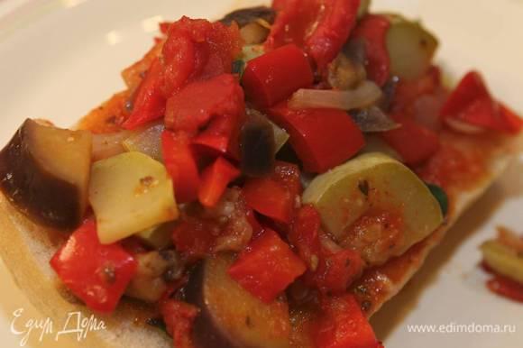 В готовое блюдо добавить оставшееся оливковое масло и яблочный уксус.