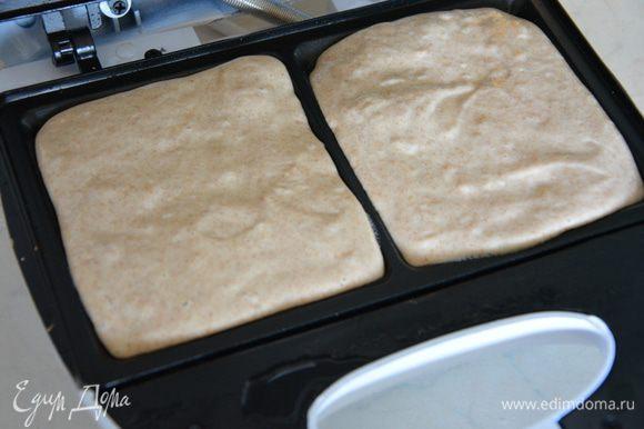 Вафельницу разогреть и слегка смазать растительным маслом без запаха. Вылить тесто так, чтобы все им закрылось.