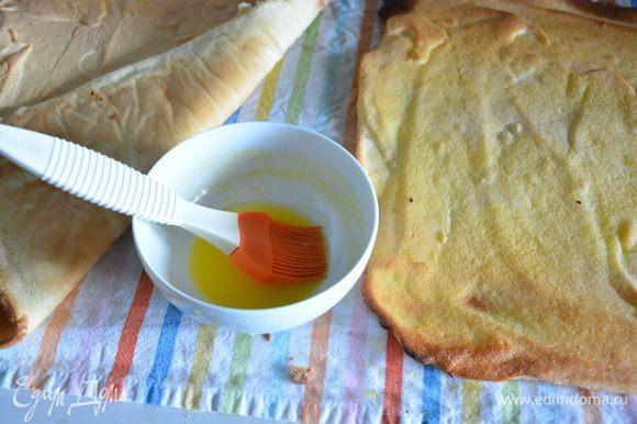 Пропитать бисквиты свежевыжатым апельсиновым соком (подойдет любой сок на ваш вкус). Пропитку подготовьте заранее и пропитывайте сразу, чтобы бисквит не высох.