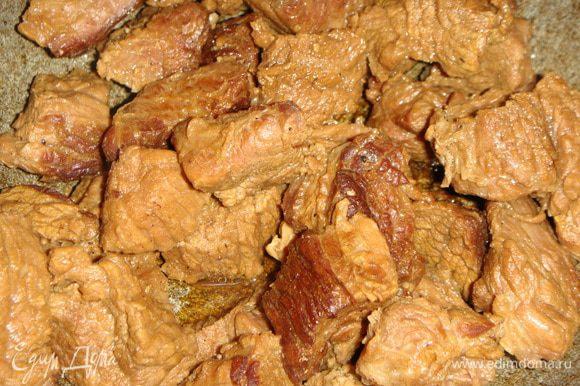 Нагреть сковороду или казан (я жарила в казане ), влить часть подсолнечного масла, выложить мясо и обжаривать на небольшом огне в течение 40 минут, минут через 10-15 подлить немного воды. Минут за 5 до конца готовки говядину посолить, поперчить, добавить хмели-сунели.