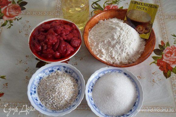Подготавливаем продукты. Для приготовления печенья я использую замороженную клубнику из собственных летних заготовок, предварительно разморозив ягоду и откинув ее на дуршлаг.