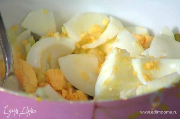 Нарезанные яйца соединить с огурцом, сельдереем и каперсами, затем размять яйца вилкой.