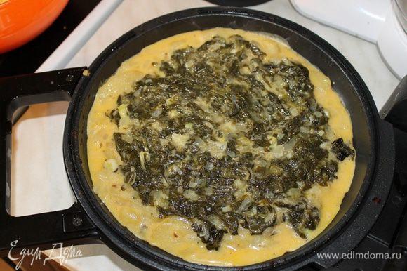Половину картофельной массы выложите на сковороду. Сверху разложите начинку из шпината и закройте оставшимся картофелем.