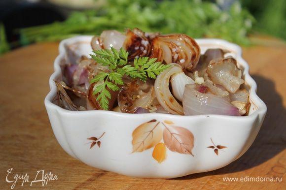 Добавьте к луку измельченный чеснок, перец и соль. Полейте винным уксусом и подавайте горячим на стол. Очень вкусный и пикантный салат, отлично сочетается с куриными колбасками гриль. На приготовление салата потребовалось 15 минут, а результат. Попробуйте приготовить, и вы узнаете сами.