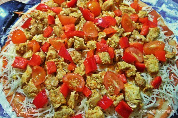 Рядом нарезанные кубиком перец и помидорки черри дольками.