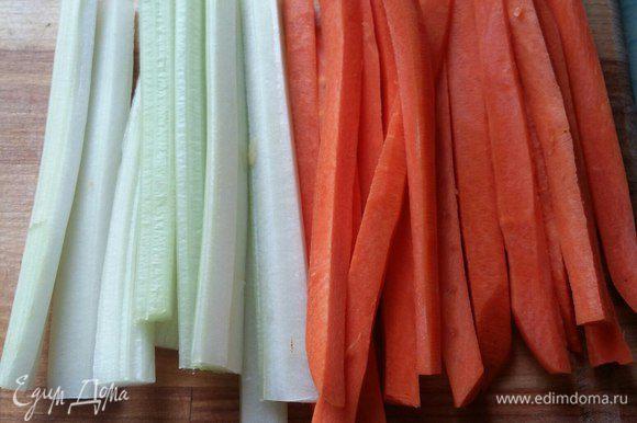 Теперь приготовим начинку для котлет. Берем морковь и сельдерей и режем на брусочки длиной 11–12 см. Чем длиннее, тем интереснее котлеты будут выглядеть в готовом виде. У меня были 11 см. Вот и весь процесс. Начинка для котлет готова. Все обрезки, которые образуются при формировании брусочков, пойдут в гарнир.