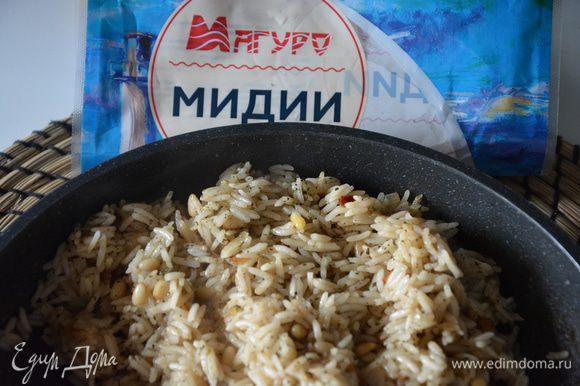 Выключить рис, добавить специи, перемешать, снять с плиты.