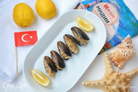 Остудить. Выжимаем на мидии сок лимона и наслаждаемся. Afiyet olsun! :)