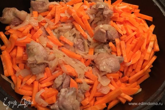 Добавить морковь и обжаривать минут 7–10.