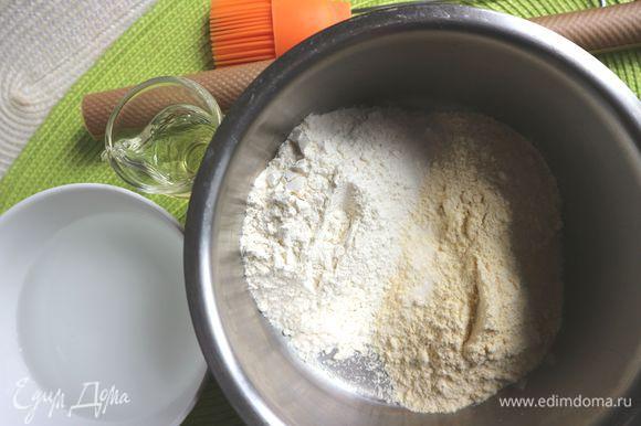 Приготовить необходимые ингредиенты для приготовления лепешек. К этому моменту должна быть готова начинка (шаг 9 ) и песто (шаг 8). Смешать оба вида муки, соль, добавить постепенно воду. Тесто должно получиться достаточно крутое.