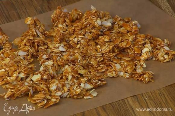 Приготовить пралине: обычный и коричневый сахар всыпать в сковороду и, периодически встряхивая, растапливать на огне, пока карамель не приобретет коричневый оттенок, добавить миндаль и, помешивая деревянной лопаткой, слегка прогреть все вместе, затем тонким слоем равномерно выложить на бумагу для выпечки и полностью остудить.