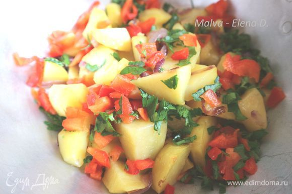 Во время приготовления картофеля можно заняться взбиванием венчиком или вилкой яиц с солью, сушеной паприкой в отдельной миске. Мелко нарезать зелень петрушки, красный болгарский перец. Картофель с луком откинуть на дуршлаг, лишнее масло удалить, сковороду протереть. Дать картофелю немного остыть. Добавить к картофелю болгарский перец и зелень петрушки.