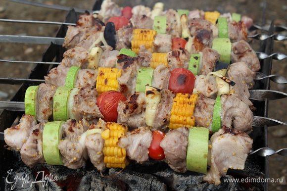 Равномерно крутим шампур по мере обжаривания, чтобы кусочки мяса прожарились со всех сторон.