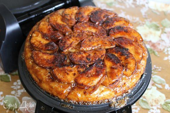 Когда тесто хорошо зарумянится, зафиксируйте крышку с помощью фиксатора и переверните тортильницу на 180°C. У вас на другой половинке будет лежать готовый тарт татен.