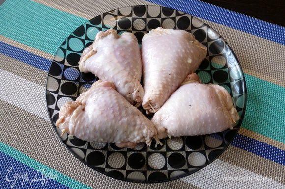 С широкой стороны скрепим края зубочисткой, чтобы начинка не выпадала. Фаршированные куриные голени готовы! Складываем их в контейнер и везем на пикник или на дачу для дальнейшего приготовления.