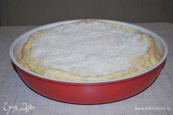 Закрываем пирог и посыпаем крошкой: мука, сахар и масло. Выпекаем в разогретой духовке при 170°C примерно 45–50 минут.