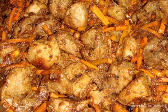К мясу выложить морковь, обжаривать 3 минуты. Всыпать все специи, посолить, и обжаривать все еще в течение 5 минут.