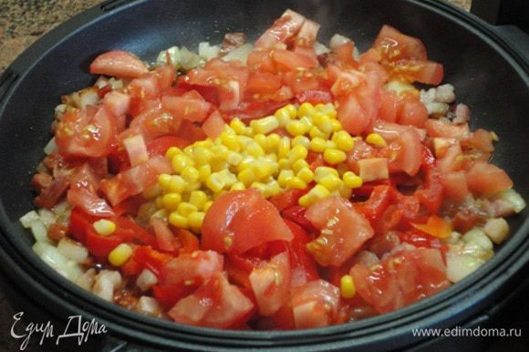 Добавляем перец, кукурузу и томаты. Ни соли, ни перца я не добавляла. Всего хватило от колбасы и бекона. Да, еще и сыр будет, в нем тоже присутствует соль. Так вот, в целом на приготовление начинки у меня ушло 10 минут. Когда я добавила овощи, нагрев уменьшила до 3 и жидкость немного выпарилась.