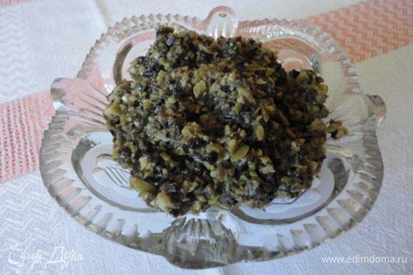 Оливки измельчить в блендере, добавить горчицу, оливковое масло и лимонный сок по желанию.