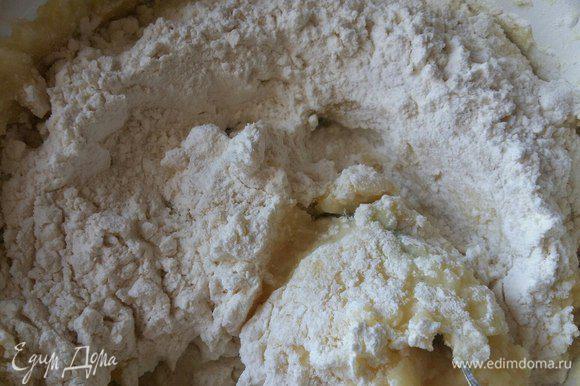 добавим муку. Мне в этот раз понадобилось 10 ст. л. с горкой. Муку добавляйте в пюре постепенно. Каждый раз это количество муки варьируется в большую либо меньшую сторону, все зависит от сорта картофеля.
