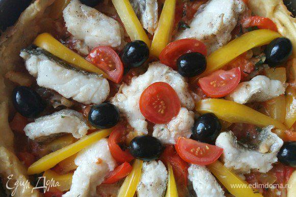 Для красоты также перец болгарский желтый, помидоры черри и маслины. И опять отправляем в духовку еще на 30 минут, до готовности рыбы.