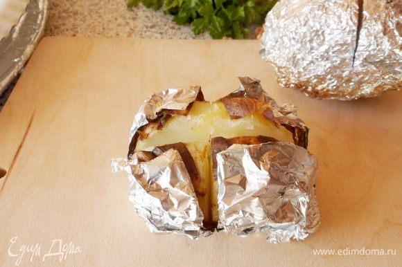 Раскрываем, немного выворачивая картофелину. Края фольги немного отогнуть.
