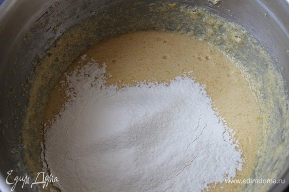 Затем добавить соль, просеянную муку и разрыхлитель. Перемешать венчиком.