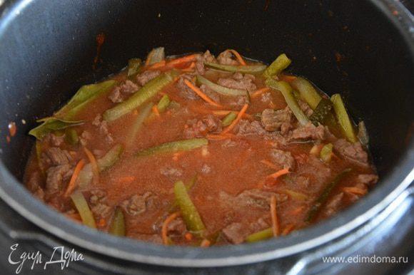 Влить бульон или воду. Мы любим бульонистые рагу, если хотите погуще соус, добавьте 100 мл бульона вместо 200 мл. Досолить. Перемешать. Готовить при режиме «Тушение» еще 20 минут.