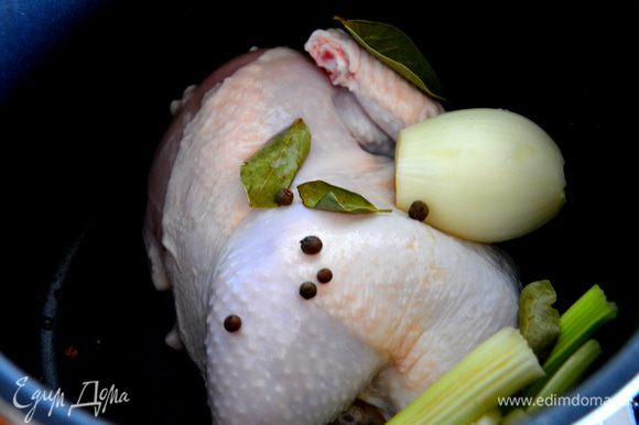 Половину курицы помыть, выложить в мультиварку, добавить стебли сельдерея, лавровый лист, душистый перец горошком, репчатый лук, соль.