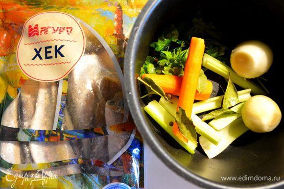 В чашу мультиварки выложить стебель сельдерея, морковь, лавровый лист, лук, перец душистый горошком, петрушку, соль. Влить воду и готовить в режиме «Суп» или «Варка» 15 минут.