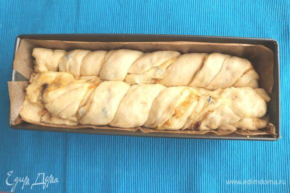 Положить тесто в форму для выпечки размером 12 х 30 см, покрытую внутри пекарской бумагой. Накрыть его пищевой пленкой и оставить подниматься на час.