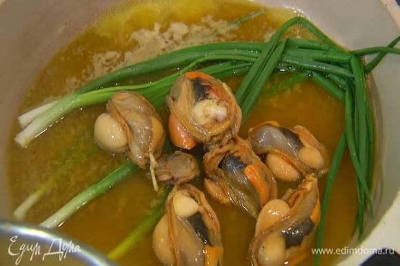 Мидии вынуть из раковин, выложить в сковороду с зеленым луком и все прогреть, затем лук и мидии вынуть, а соус слегка уварить и подавать на стол отдельно.