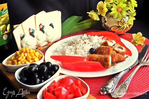 При подаче предложить сладкий перец нарезанный, кукурузу и маслины. Также такой состав можно взять с собой на природу с рулетиками.