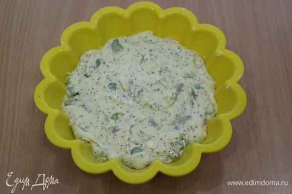Выложить тесто в форму.