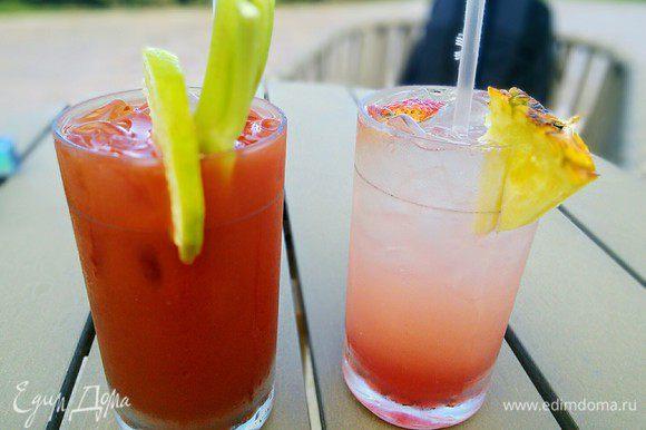 Для «Кровавой Мэри» заполнить коктейльный бокал наполовину льдом, влить водку, томатный сок, сок лимона. Остальные специи добавить по вкусу. Вставить стебель сельдерея и круговыми движениями сверху вниз аккуратно размешать коктейль. Украсить долькой лайма.