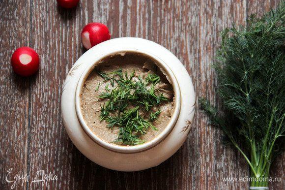 Перекладываем готовый паштет в баночки. По желанию можно посыпать зеленью. С тостом, хлебцами и свежей булкой этот паштет — настоящее наслаждение! Весенние овощи только удвоят удовольствие. Приятного аппетита!