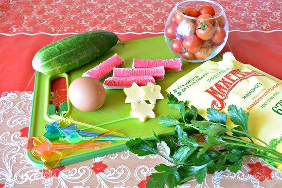Подготовить все ингредиенты: огурец, сыр, крабовые палочки, вареные яйца, помидоры черри, майонез ТМ «МахеевЪ» с лимонным соком, укроп свежий.