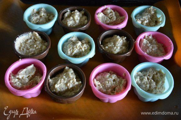 Выложить тесто в формы: 12 маффинов.