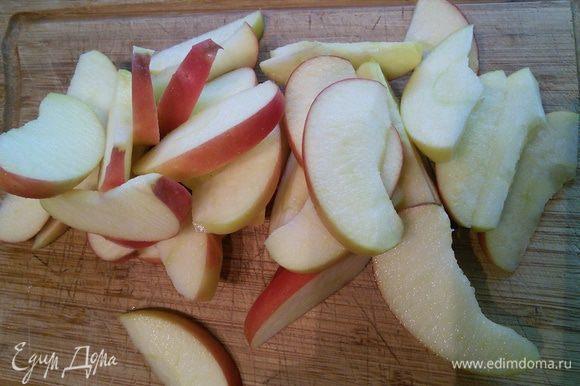 Яблоки разрезать на четвертинки, удалить семечки и нарезать на ломтики.