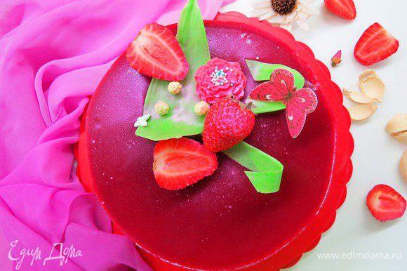 Украшаем тортик свежей клубникой или чем ваша душа пожелает.