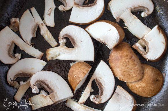 В сковороде разогреть оливковое масло, уложить в один слой вымытые порезанные грибы и обжарить на среднем огне. Грибы при жарке часто мешать не стоит. Поджарить с одной стороны, встряхнуть сковороду пару раз, чтобы грибы перевернулись и снова обжарить их до золотистого цвета. За время обжарки встряхивать сковороду 2-4 раза, не больше. Если грибов оказалось больше, чем уместилось в один слой на сковороде, то ображарить их в несколько этапов, не нужно все грибы выкладывать на сковороду сразу. Нужно чтобы грибы не томились на сковороде, а именно обжарились с двух сторон, приобрели хрустящую корочку, а внутри остались мягкими и не потеряли влагу.