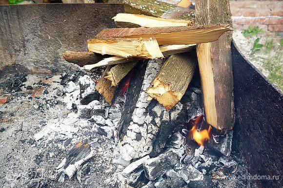 Пока маринуются крылышки, разжигаем мангал, должны получиться жаркие угли.