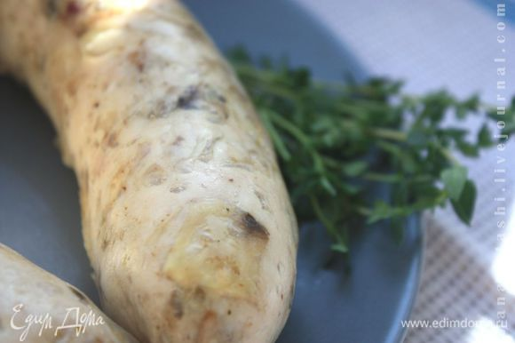 Жарьте колбаски на гриле до готовности (обычно 10-15 минут), пока из них не начнет вытекать абсолютно прозрачный сок. Самое главное: не пересушите!