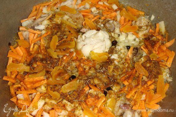 Овощи и курагу выложить к мясу, посолить, добавить все приправы и тушить под закрытой крышкой 10 минут.