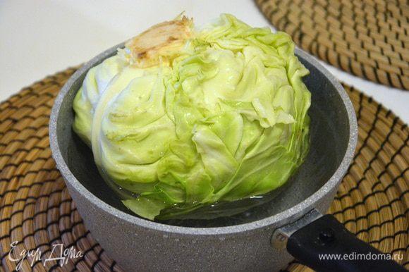 Свежую капусту помещаем в кастрюлю с кипятком и варим 5 минут, переворачиваем, варим еще 5 минут. Можно капусту полностью окунуть в кипящую воду, тогда переворачивать не нужно.
