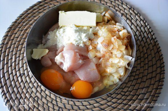 Можно сперва пропустить куриную грудку через мясорубку. Добавить к куриной грудке яйца, сухое молоко, жареный лук, мягкое сливочное масло. Все измельчить в блендере, добавляя молоко. Я измельчала по частям в 3-4 этапа.