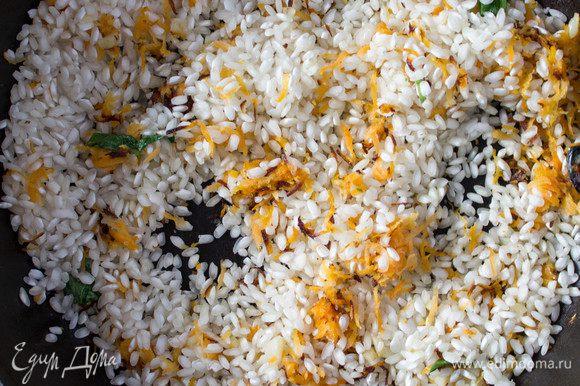 Все хорошо перемешать и слегка обжарить рис вместе с морковью. Затем, постепенно вливать подогретый бульон, половник за половником, постоянно помешивая и дожидаясь чтобы каждая порция бульона впитывалась рисом. Томить на среднем огне 25-30 минут.